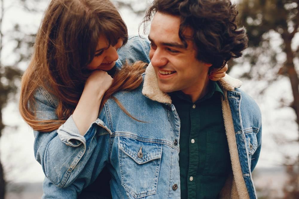 一对温文尔雅的情侣正在秋季公园散步_2630625