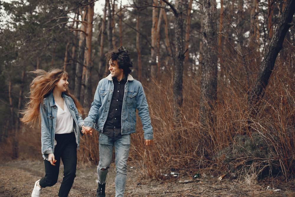 一对温文尔雅的情侣正在秋季公园散步_2630656