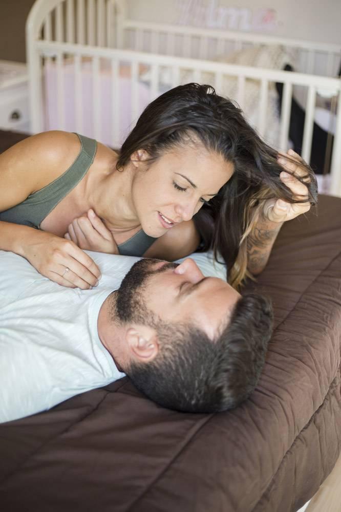 躺在床上的一对可爱的夫妇_3053361