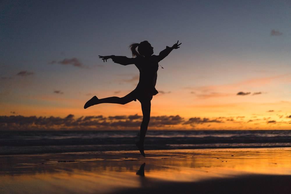 日落时海滩上的人们那个女孩在落日的背景_3064230