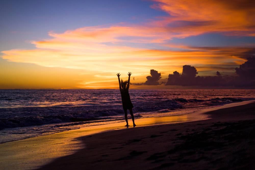 日落时海滩上的人们那个女孩在跳_2440499