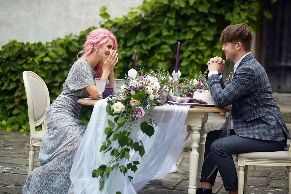 笑着的男人和他粉色头发的女士坐在粉色装饰_1621130