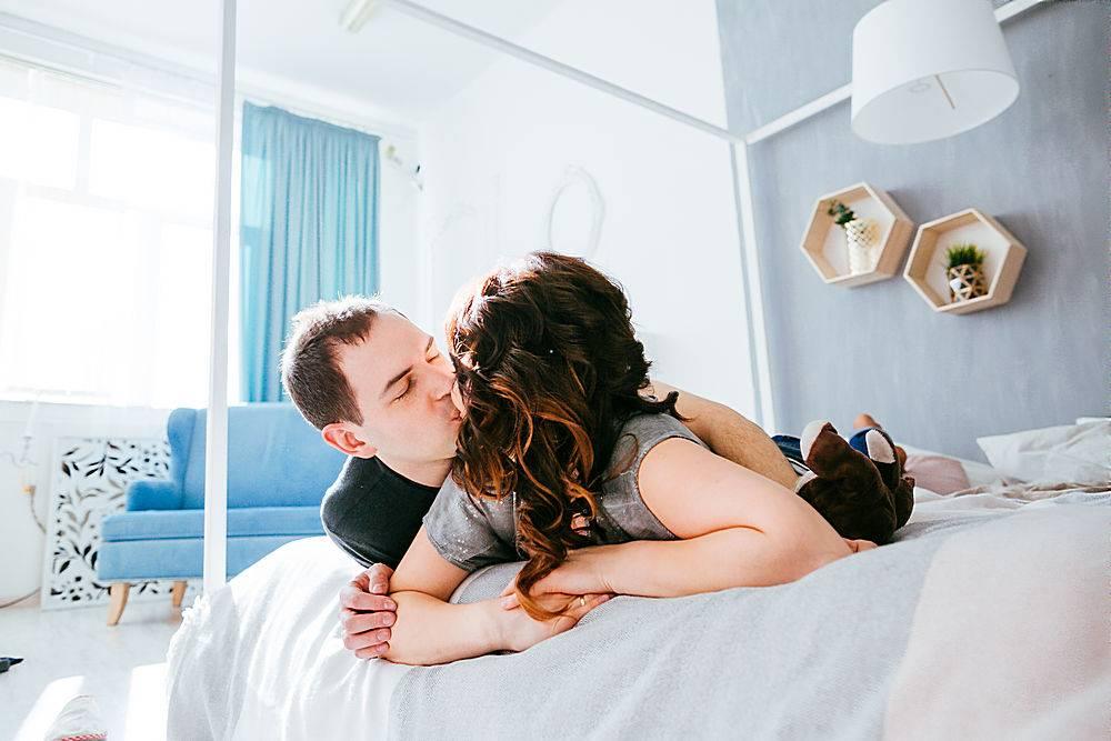 相爱的情侣在床上接吻_1617039