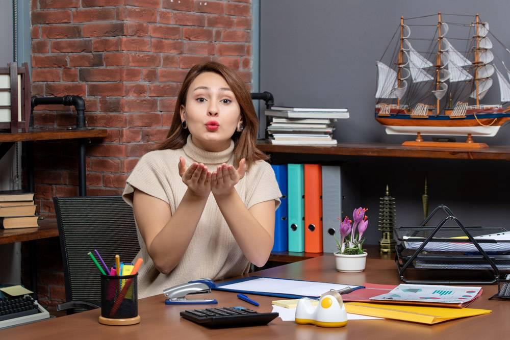 送亲吻的俏丽的妇女正面图工作在办公室_16285140