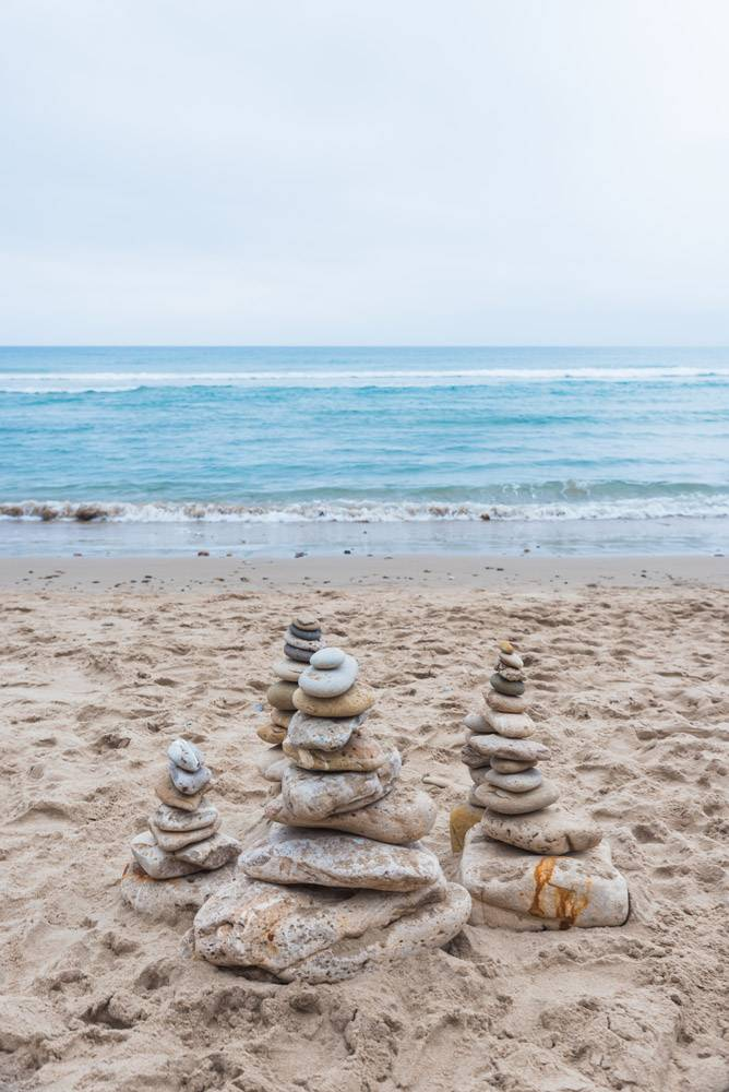 鹅卵石垂直射击互相堆积在海滩的平衡_16226415