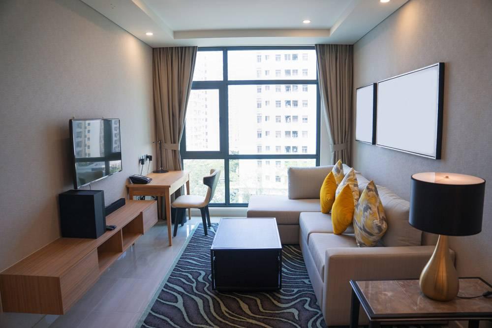 舒適的客廳內部與全景窗口_2448552