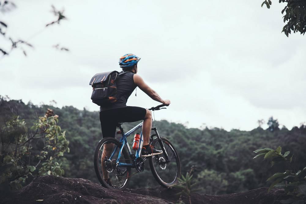 骑自行车的人在晴天比克冒险旅行照片_3972810