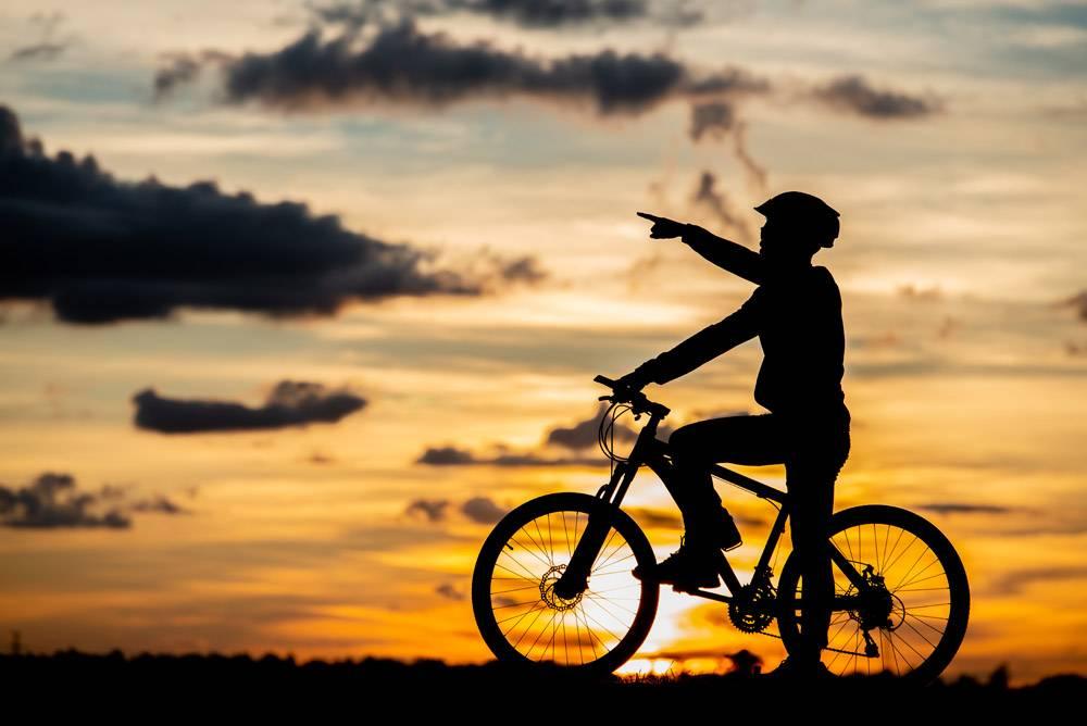 骑自行车者休息的剪影在日落积极的户外运_5473940