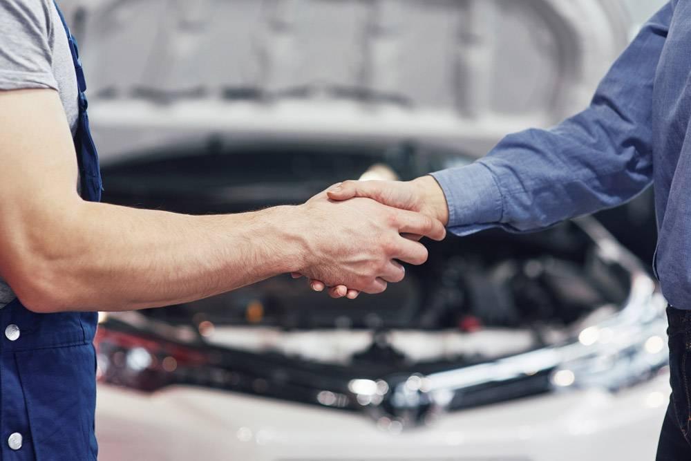 丈夫汽车机械师和妇女客户对汽车的修理进行_9122644
