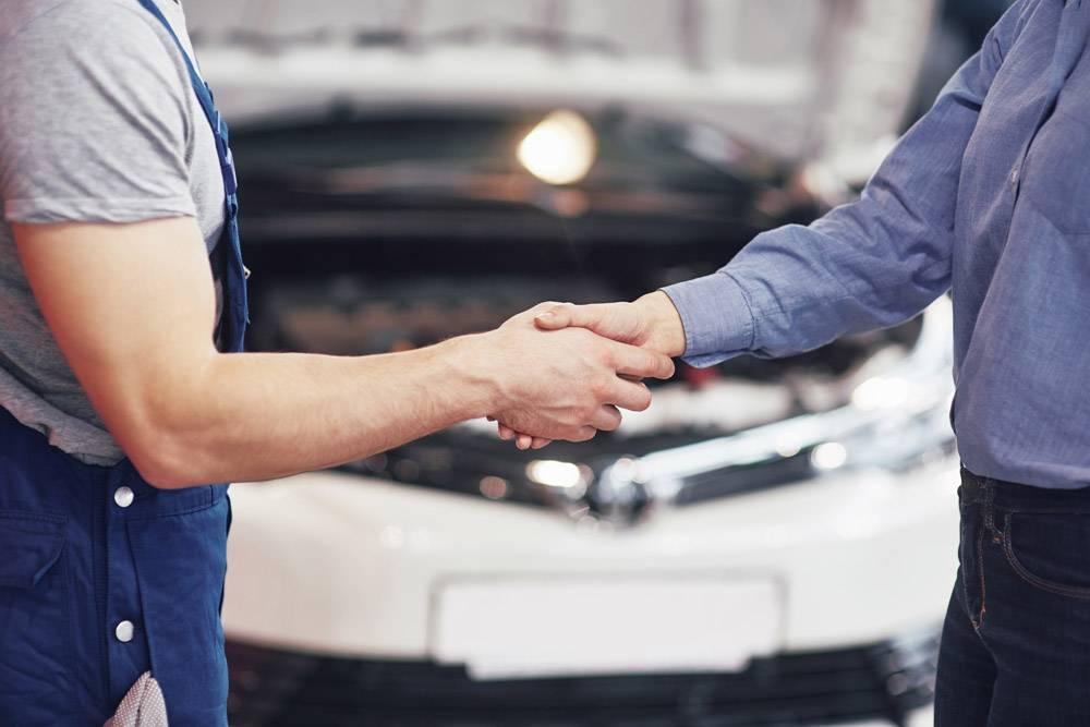 丈夫汽车机械师和妇女客户对汽车的修理进行_9122648