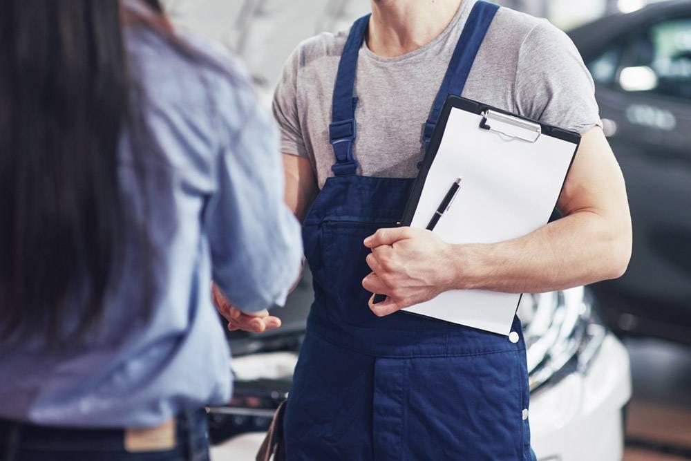 丈夫汽车机械师和妇女客户对汽车的修理进行_9122657