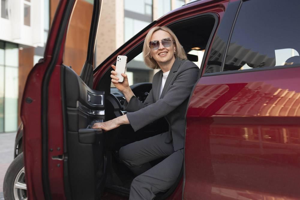 坐在汽车的中等射击妇女_15365664