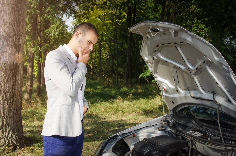 站立在路的人由破的汽车和弟子认为如何修复它_11136094