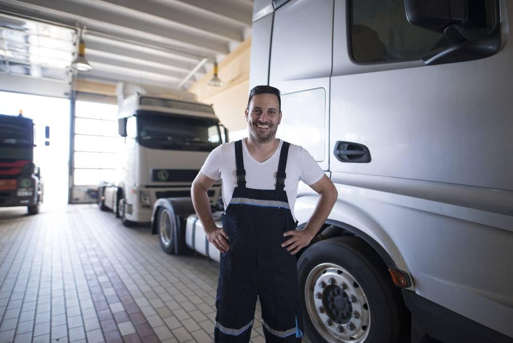 站立由卡车车的正面微笑的等人或�S�不知道卡车军人画象在车_11450956
