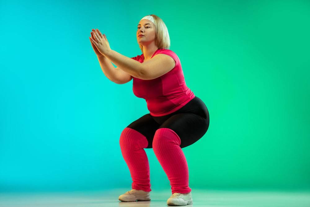 年轻白种人加上大小女性模型的训练在霓虹灯_14966777