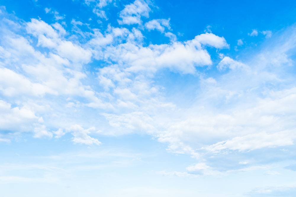 在蓝天的白色云彩_3707296