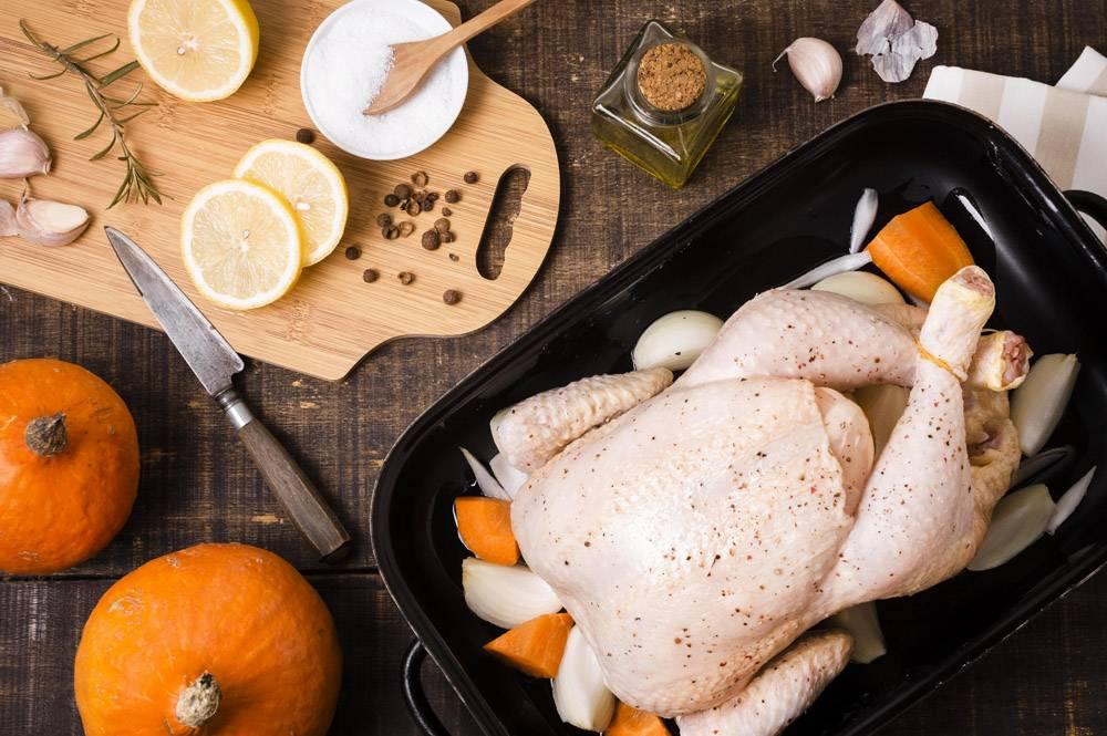鸡顶视图在平底锅的有柠檬切片的为感恩_9700238